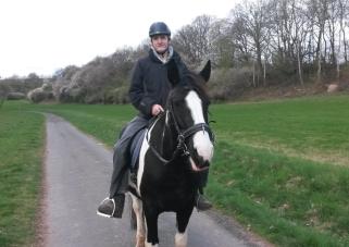 Auch Reitanfänger wie Theo kann er locker tragen, so entspannt und stark wie er ist. ;)