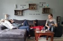Theo und meine Mama in ihrem Wohnzimmer. Dante, wie immer mittendrin. Ich bin auf den Sessel ausgewichen...